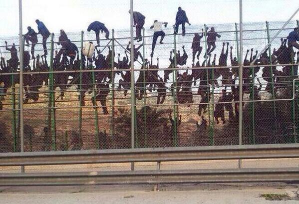El autor quiere mantener el anonimato, explica @morenatti2004... Pero su foto es tremenda http://t.co/EQaH0FiqQJ #Melilla