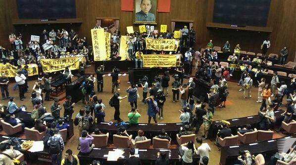 台湾の学生が立法院前で抗議集会中。中継 https://t.co/L4tRcNNymG 中国とのサービス貿易協定の審議が不透明なまま本会議へ送られたことに対して抗議国会を占拠。 http://t.co/H5yJwzDum1 http://t.co/vyULHMYn7N