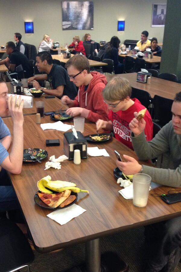 Students enjoy a late-morning meal. #SMUSPIRIT http://t.co/ND0GsA1CrR