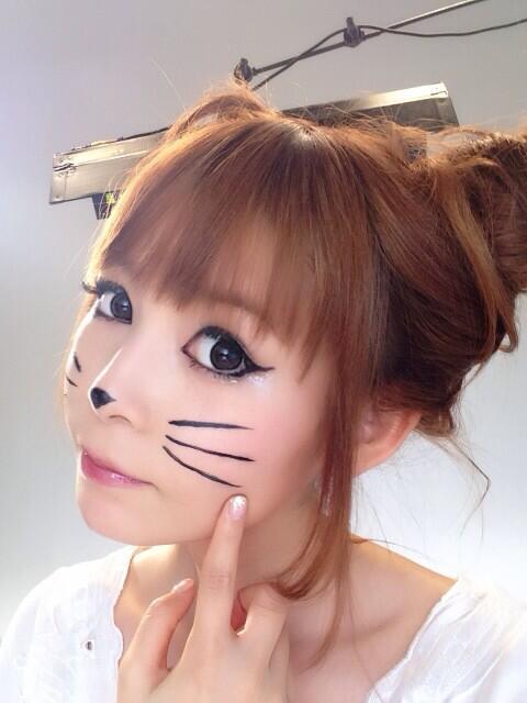 猫耳髪型に猫メイクで猫になりきる中川翔子