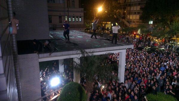 台湾、立法院占拠すごい。中南部からもどんどん人が集まり大學によって学生が応援のアピールを送ったり。占拠している人たちも20か国語で世界に発信している。これは昨夜の立法院まわり。夜中なのにすごい人 http://t.co/FUYLPzDwIG