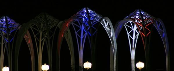 The @PacSci arches lit up in tribute to our KOMO family.  #BSP  #liveonkomo http://t.co/qm3WwlRnuA