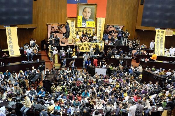 台湾国会を学生らが占拠、中国との貿易協定に反対 http://t.co/a9iYfbEekR http://t.co/EeSKY5Sv7j