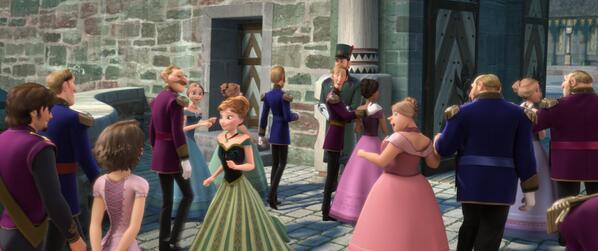 (´-`).。oO(ラプンツェルとエルサ、アナには実は深い繋がりが…。この画像は『#アナと雪の女王』でエルサが女王になるための戴冠式が開かれるシーン。手前の2人にちゅーもーっく…!)    #ラプンツェル #アナと雪の女王