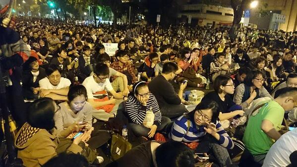 現在の台北、立法院の周辺道路。抗議の人で埋め尽くされている。どんどん夜中だけど人が増えている。明日は各地から無料バスがでるからさらに増えるのではないだろうか#台湾 http://t.co/m9989xSrof