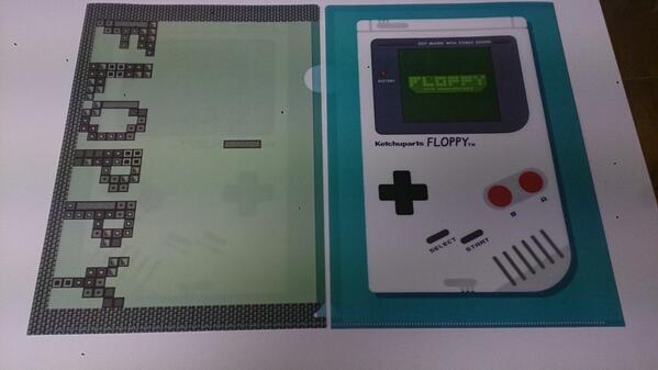 明日発売のFLOPPYグッズ、その2、クリアファイルです。某ポータブルゲーム機と名作落ちゲーを彷彿させるデザインが、これまた8bit! 一枚500円となります。 http://t.co/qHS7IlHqIZ