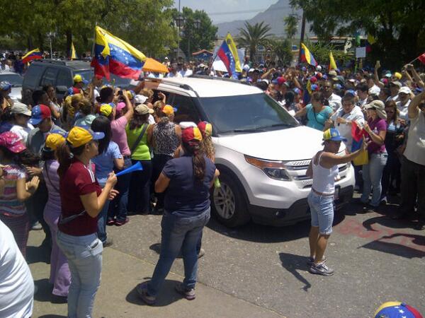 Llega la sra. Rosa de Scarano a la alcaldía de San Diego aplaudida y apoyada por manifestantes http://t.co/qhD7VSZvx4