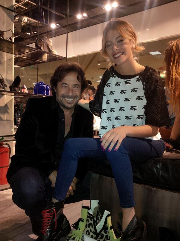 Otra foto dedicada a nuestras Tinistas! A los pies de la bella @TiniStoessel en la reinaguración de #SarkanyUnicenter http://t.co/ds2p8caVmD