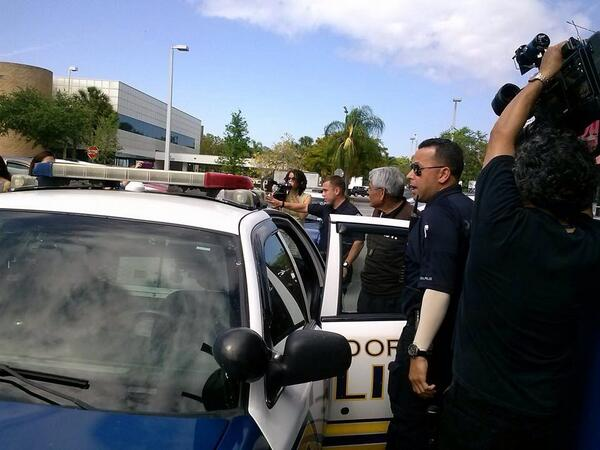 RT .@SEIU_Eliseo es arrestado afuera de las oficinas de .@MarioDB  .@fast4families  inconcebible http://t.co/lgZvC8EvFi