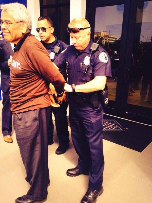 Arrestan al activista pro-inmigrante, Eliseo Medina, en Miami. http://t.co/UXpFDyh0nb