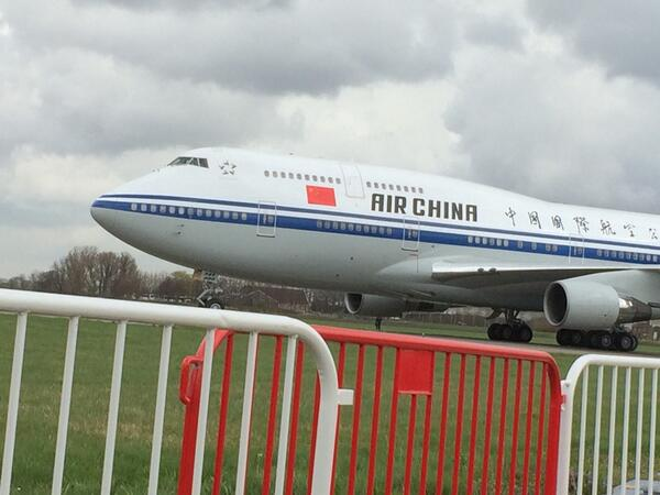 En daar is hij dan, het vliegtuig van president Xi http://t.co/LWj5Wl0mnG