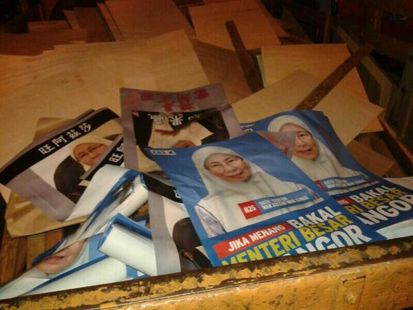 Our volunteers caught another lori putting up fake posters & smear banners agst @drwanazizah. MCA desperate? http://t.co/WpmKWIZsxH