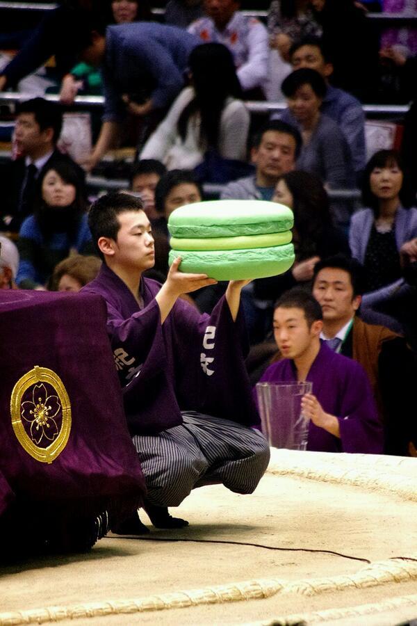 マカロン1年分 RT @sumokyokai: <千秋楽の様子>ビッグマカロンを持つのは呼出し竜。#sumo http://t.co/z2oyzSVoqk