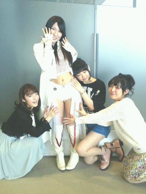 左から小松未可子さん・かなでももこ・下田麻美さん・佐藤聡美さん♪お昼のお写真さわさわバージョンです(笑)美人な先輩方にさわさわしていただいて、どんな顔をしたらいいかわかりませんでした(。・Д・。)仲間にいれてくださってありがとうござい