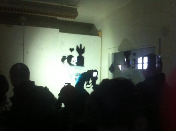 En köjävel till. Men här inne kanske döljer sig en ä k t a Banksy? #banksyinstockholm http://t.co/2YGczGKnIc