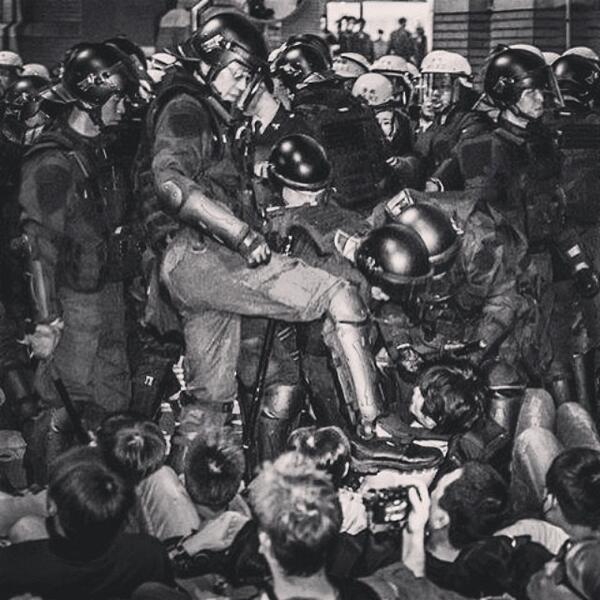 Taiwanese police has beaten up unarmed protesters! 中華民國政府派出警察打手無寸鐵的抗議民眾! http://t.co/9qHu37Yikb