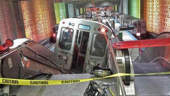 Ondertussen neemt een metro in Chicago per ongeluk de roltrap.. http://t.co/JEgGSWiQpn http://t.co/2dIHYa4aNC