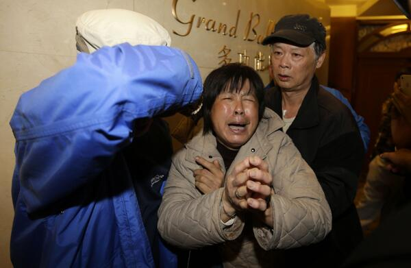 Relatives of #MH370 passengers sob amid news that plane ended in the Indian Ocean. Story: http://t.co/EqNkJyg7cq http://t.co/nIxtKosuhS