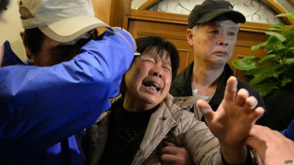 """""""@bbcbrasil: #MH370: parentes de passageiros entram em confronto com a polícia em Pequim http://t.co/4UPCtNmaa5 http://t.co/LMyIaDTEgr"""" vish"""