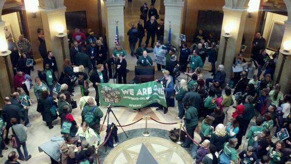 AFSCME members rally a MN Capitol in favor if min wage hike before House and Senate conf cmte takes up measure. http://t.co/plIqR4ic9h