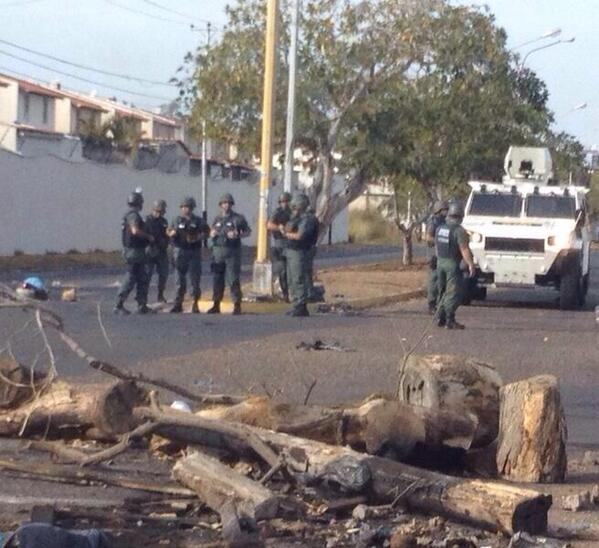 "Rt: ""@eukuky: Presencia militar en sectores #Los Mangos y #La Churuata. Comenzaron a levantar barricadas. 4:33pm http://t.co/XL5JaTr70g"""