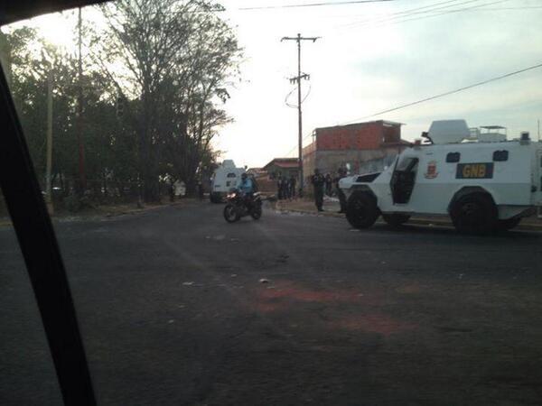 Tanquetas de la GNB ahora se trasladan a La Churuata #25M 4:56PM #PuertoOrdaz #Guayana http://t.co/25pkDEqbTL