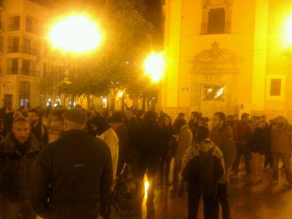 Sobre 200 personas en #acampadadignitat #dignitatvlc http://t.co/zavAcf2Kwk