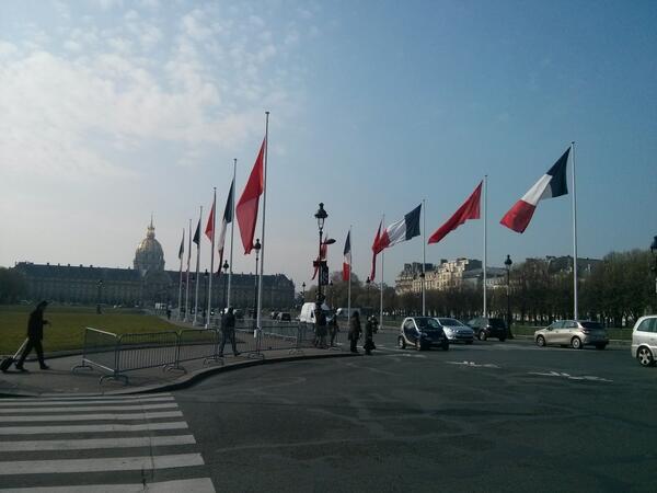 L'esplanade des Invalides prête pour l'arrivée du président Xi Jinping à Paris cet après-midi #FranceChine50 @Elysee http://t.co/zu2cG4gDn3