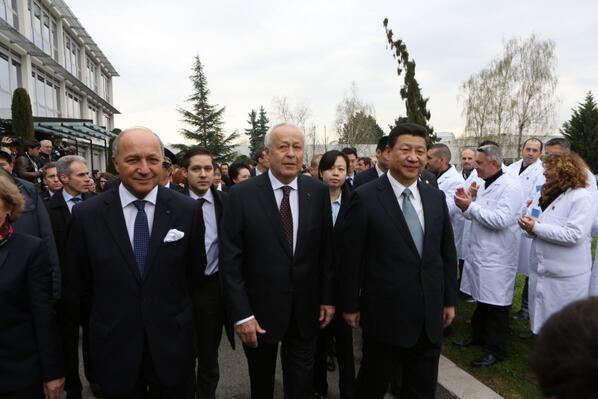 Visite du Centre de recherche #BioMérieux avec le Président chinois Xi Jinping et Alain Mérieux cc @France_en_Chine http://t.co/7Li3W8aNg7