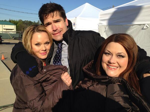 It's freeeeeezing out here!! Socks on hands, toes are numb. @DropDeadDiva @jaxhurst @real_brooke http://t.co/rCdf5xWO0a