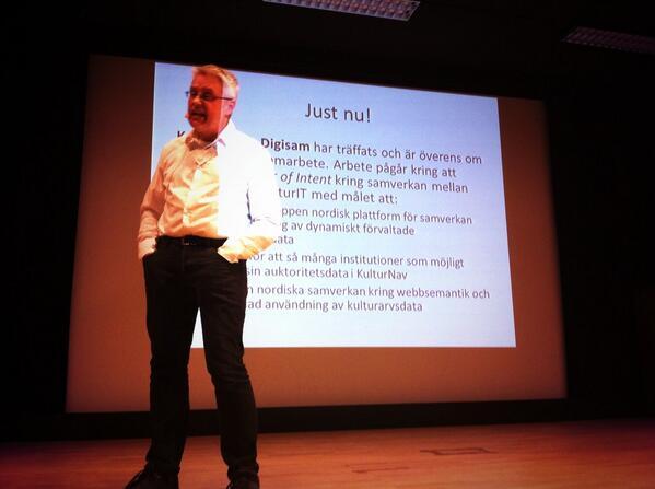 @DigitalaMuseer aka Ulf Bodin presenterar samverkan kring KulturNav mellan @kulturit & @digisam_ra #digikult http://t.co/r80sGyLd2z