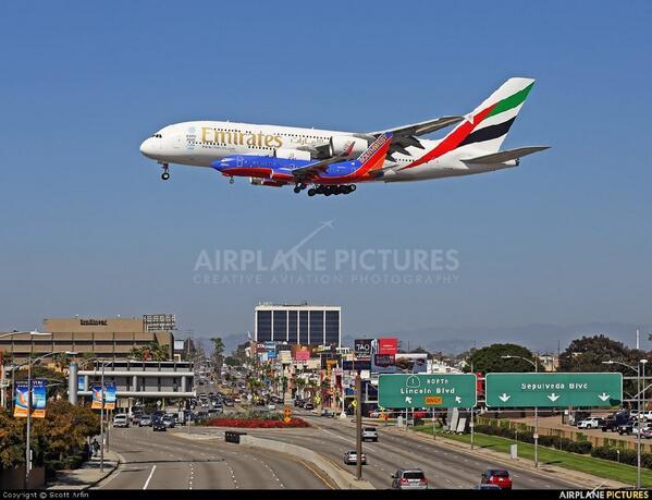 Wow, A380 and B737 parallel approach @ LAX. Crazy comparison. I fly 737s on most domestic routes. via @AirplanePics http://t.co/uIT3hN6DX7