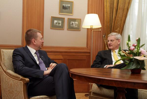 With @carlbildt agreed: important to form EU battle groups and use them, LV & SE will be part of Nordic group in 2015 http://t.co/ezHIifKg4y