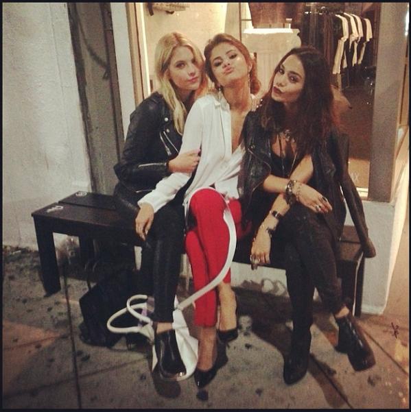 Spring break forever bitches. #reunion @AshBenzo @selenagomez http://t.co/NecnKzqm9N
