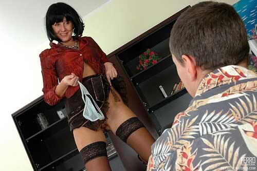присел корточки, как уговорить жену носить чулки и короткую юбку то