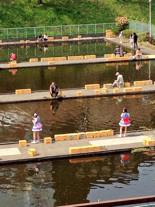 市ヶ谷の駅前に釣り堀があった。何故か萌え萌えの人が釣りしてる。 http://t.co/ejIeGKX5Xc