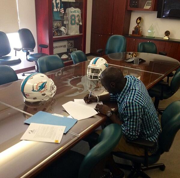 S/O to the fam @DwillOne7 for signing with the Miami Dolphins today. Keep grinding.  #Congrats #Respect http://t.co/Qllj4Cmwcz