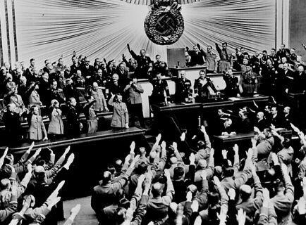овации в Рейхстаге после речи Гитлера об аншлюсе Австрии