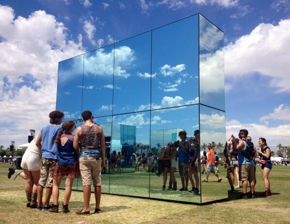 Festival goers take the ultimate selfies @coachella http://t.co/y3HwcRK7ZQ