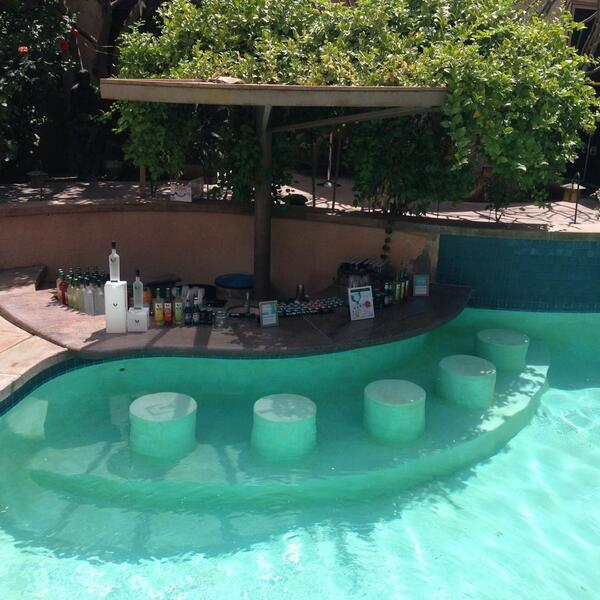 Swim up bar #coachella #TINHouse<br>http://pic.twitter.com/sCi5q5JLQ2