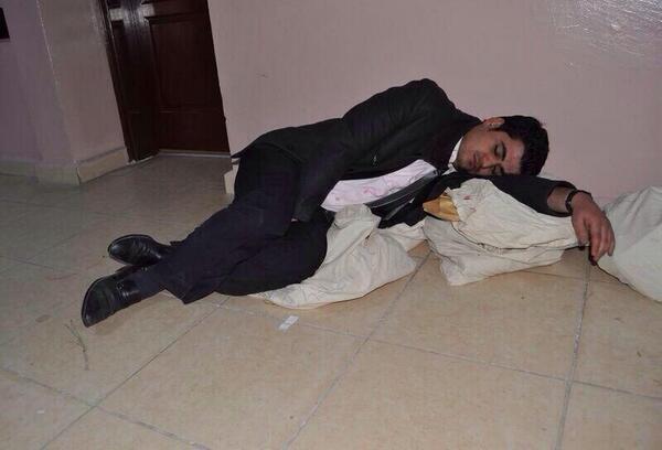 insanlar esine, sevgilisine sarilip uyuyacakken, sabah 5'te oylarina sarilip uyumus. hangi demokrasiden bahsediyorsun http://t.co/HJrlcvx0B5