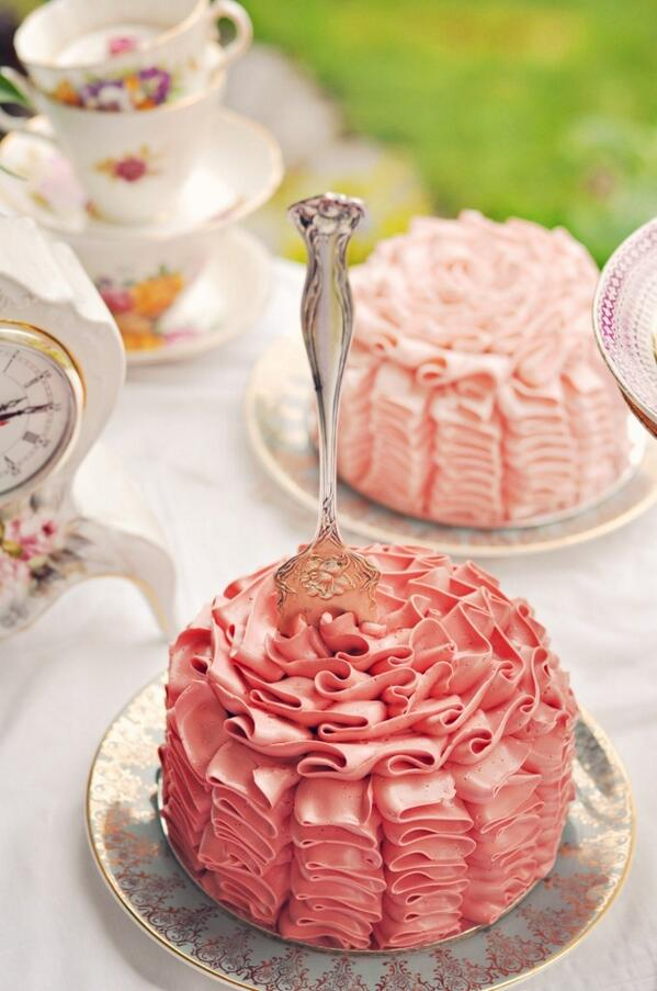 Ruffle mini-cakes for #weddings are a delicious, fabulous alternative to a big, traditional choice. Like it? http://t.co/DpqsytQqFb