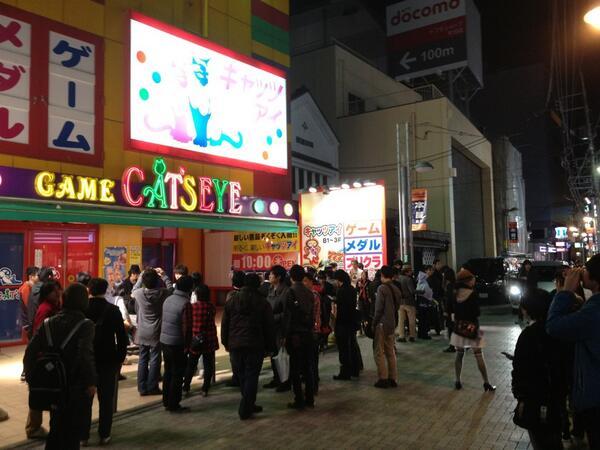 キャッツアイ町田店の閉店を見守る人々 http://t.co/ZXnebqVnc0
