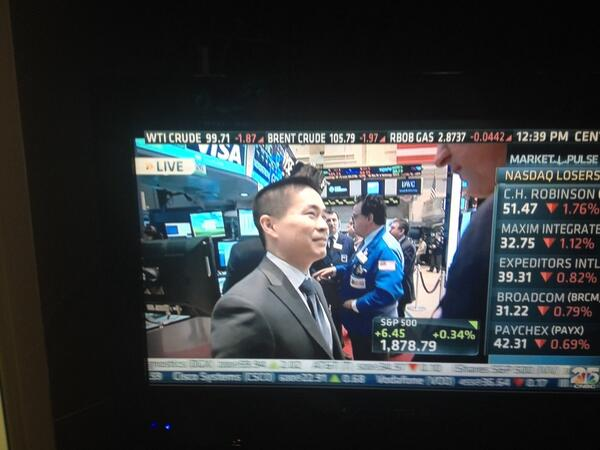 Brad Katsuyama getting a round of applause and plenty of handshakes from traders on floor of NYSE @cnbc http://t.co/lehFyKH18B