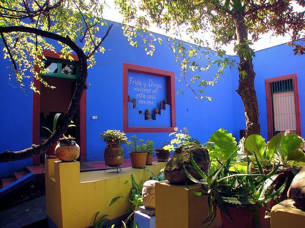 Voglia di arte on twitter la casa pintada de azul por for Casas pintadas por dentro