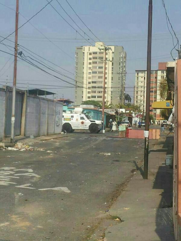 via @ReinaldoRivas77: . Vía  Tanqueta GNB alrededores Colegio Pablo VI, Urb. Fundalara, #Bqto http://t.co/igMNuvbt1B #Lara