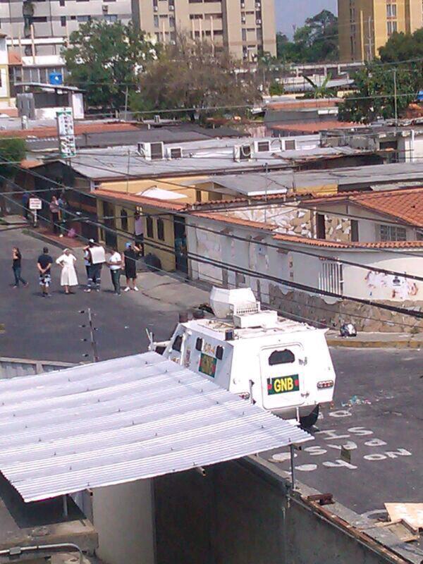 "via @CAROALEXSMAL: "": Monja se enfrenta a tanqueta pidiendo se alejen del colegio10:00am http://t.co/2SYkxsSwZf @laugoobe #Lara"