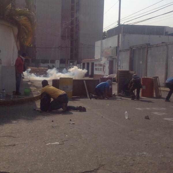 #1A EN #BARQUISIMETO USAN LAS BARRICADAS COMO PROTECCION ANTE ATAQUE DE LA GNB TRAIDORA #LaMUDaMurióVivaLaResistencia http://t.co/EMWmW7iLcx