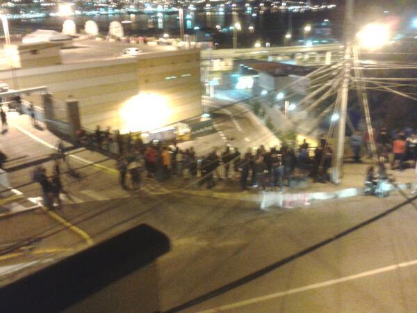 RT @nini_val: @tv_mauricio la gente subiendo por cerro baron #Valparaiso http://t.co/gHX33uNt5P