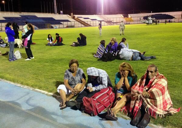 La gente se refugia en el estadio de Iquique tras el terremoto de 8 grados en Chile. FOTO: AFP http://t.co/3zFXja3jdy